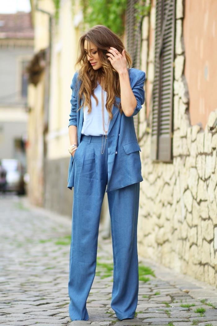un pantalon fluide femme chic associé à une veste légère et un top en nuance de bleu clair pour une vision chic décontractée au bureau
