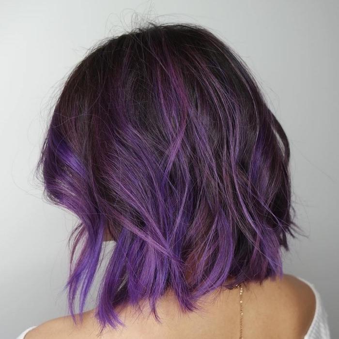 couleur cheveux de base marron avec mèches roux et violet, coupe carré mi-longs avec boucles et mèches