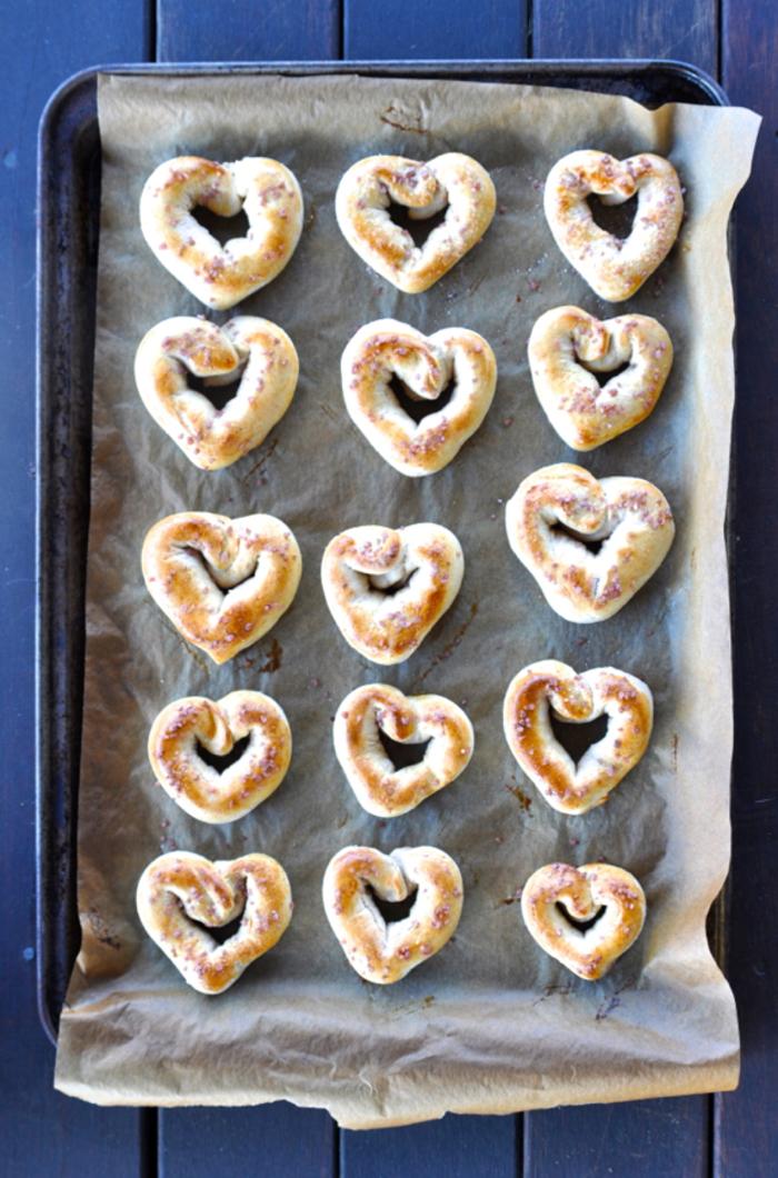 repas saint valentin, comment confectionner le menu saint valentin parfait, recette de bretzels salés en forme de coeur pour un brunch de saint-valentin