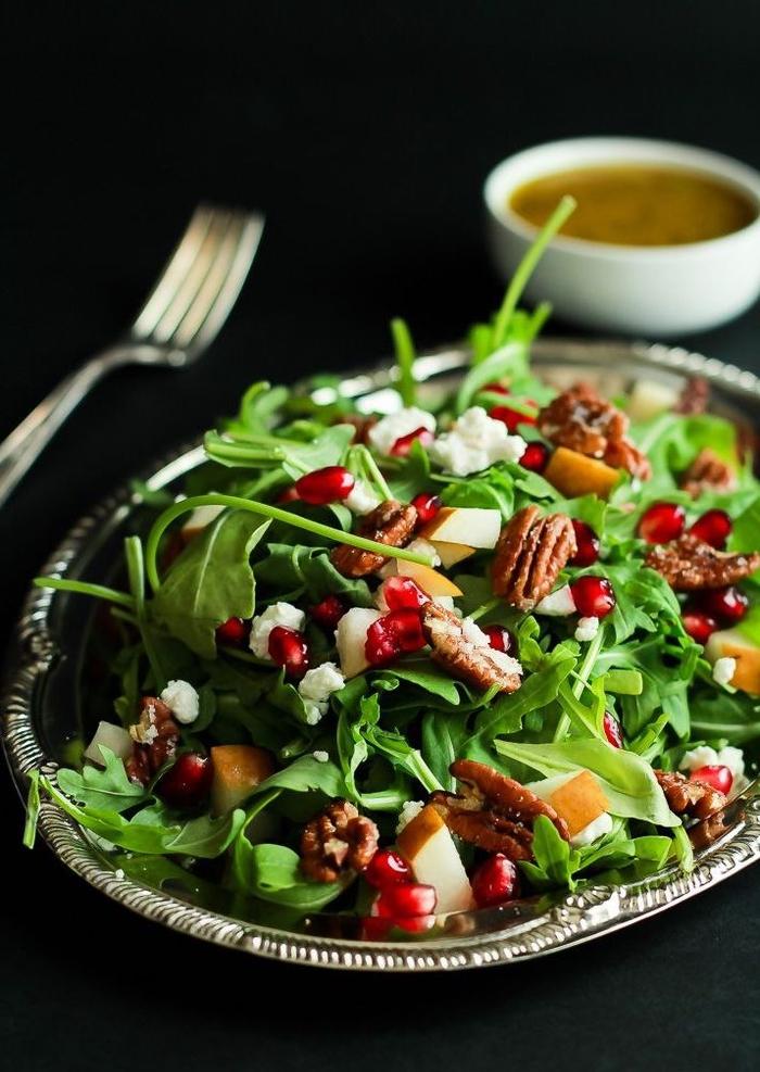 salade originale de roquette à la grenade, noix de pécan et au fromage de chèvre, idéale pour votre menu saint valentin