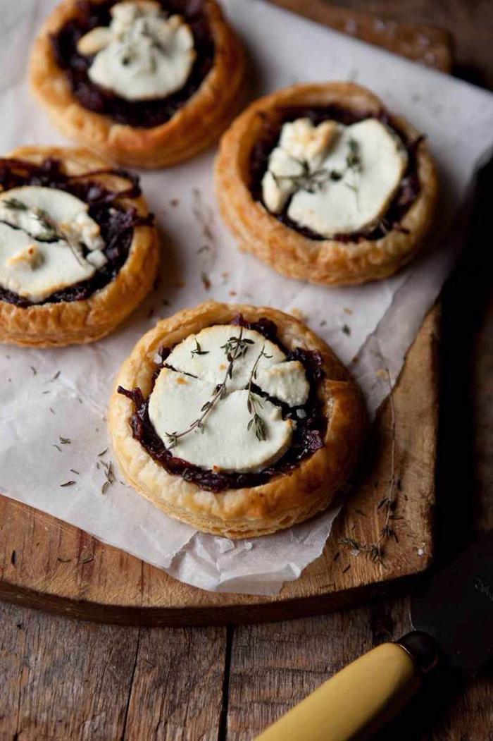 idées originales pour un menu st valentin pour deux, recette de tartelettes salées aux oignons caramélisés et au fromage de chèvre