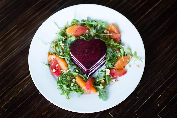 recette saint valentin de salade de roquette à l'orange, à la betterave rouge et au fromage de chèvre