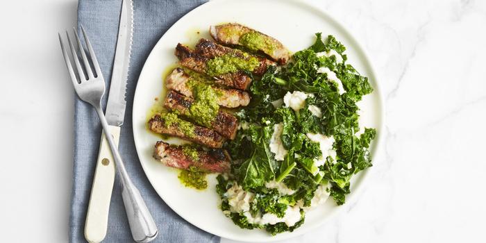 comment préparer un menu st valentin gastronomique, recette de steak délicieux garni de kale sauté et de purée de haricots blancs