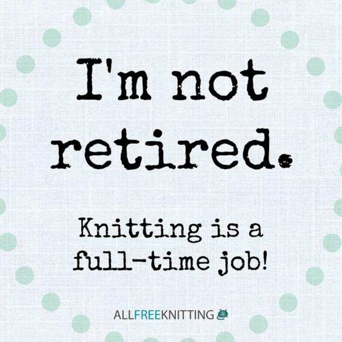 message depart retraite, je ne suis pas retraitée, tricoter est un emplois à plein temps, message humoristique, carte en blanc et en bleu pastel