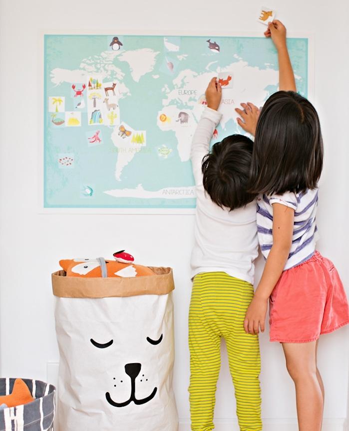 placer de divers animaux sur une carte du monde vierge, activités montessori, cours de géographie précoce