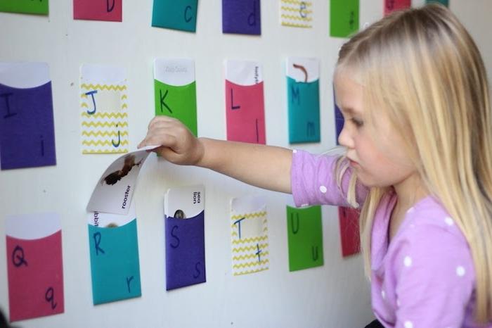 activité montessori ranger des cartes avec des dessins animaux dans des poches colorées, idée ludique comment apprendre l'alphabet