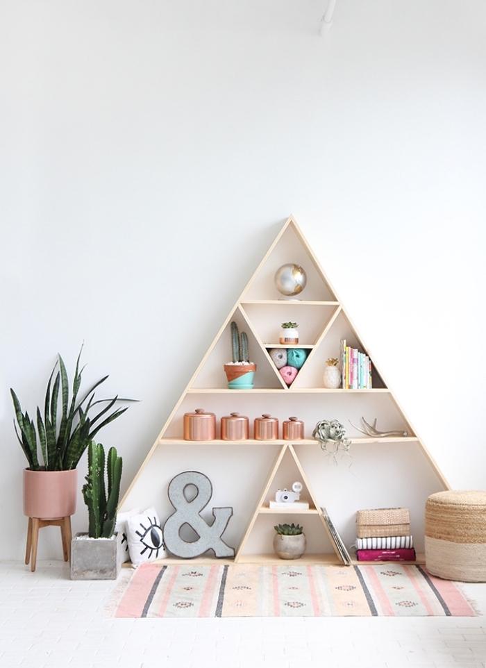 esprit scandinave dans la chambre ado fille aux murs blancs avec rangement de bois en forme triangulaire