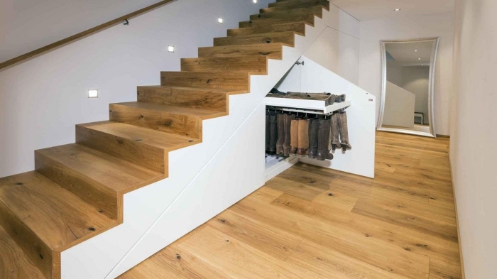 modèle d'armoire sous pente pour arranger les chaussures, déco intérieur en blanc et bois clair