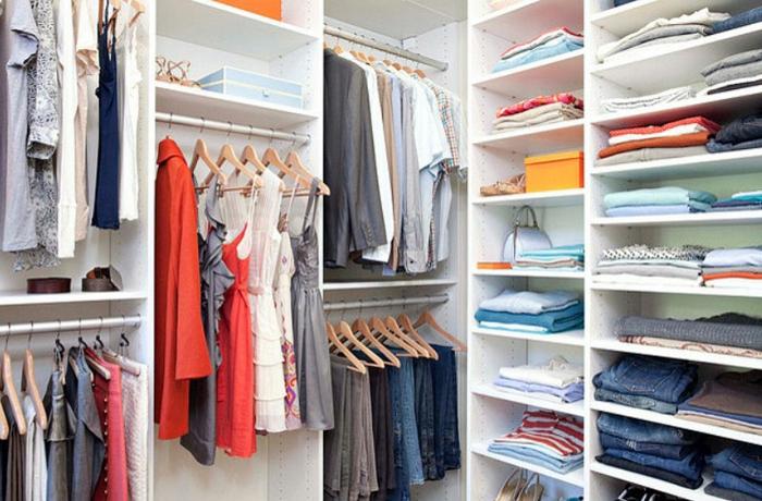 meuble dressing, armoire d'angle ouverte, penderies avec des cintres en bois