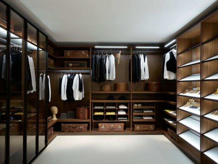 meuble dressing placé le long des murs, étagères avec rayons inclinés, meuble en bois massif