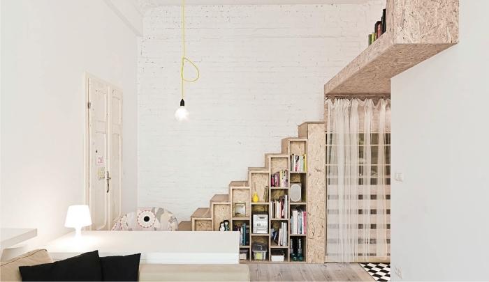 décoration confortable aux murs briques blanches avec meubles et parquet de bois clair