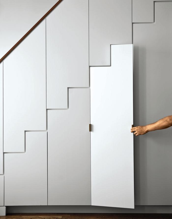 rangement sous escalier coulissant en blanc, design intérieur avec meubles fonctionnels sans poignées