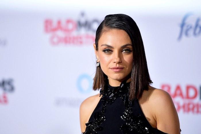 exemple de coiffure carré plongeant effilé de mila kunis, raie sur le coté et robe noire élégante