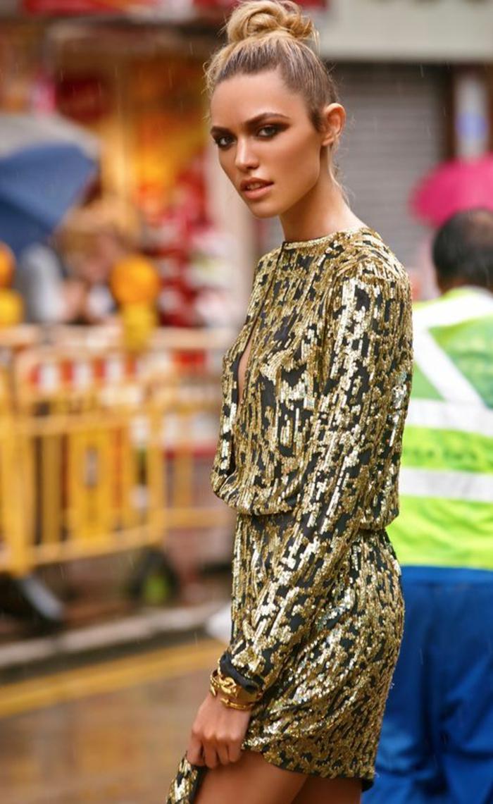 mini robe avec des effets d'imprimé félin, en nuances dorées, col bateau, tenue chic et choc, silhouette longiligne