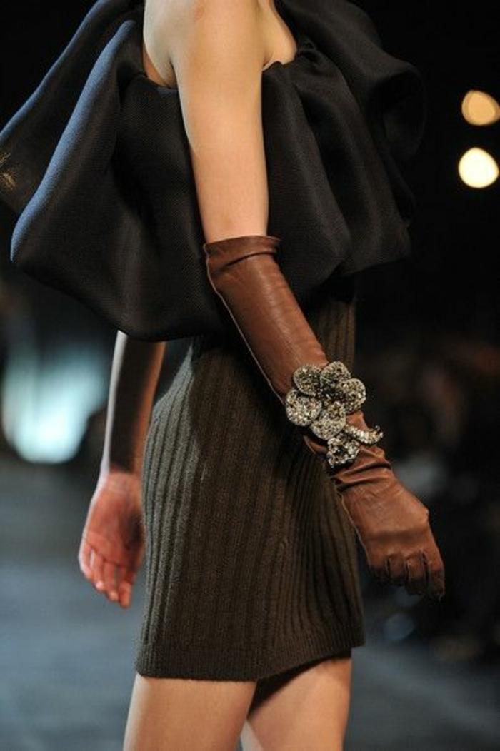 top noir avec décolleté latéral, soirée chic et choc, gants longs en cuir marron, ornés de grandes fleurs en laine feutrée en gris clair