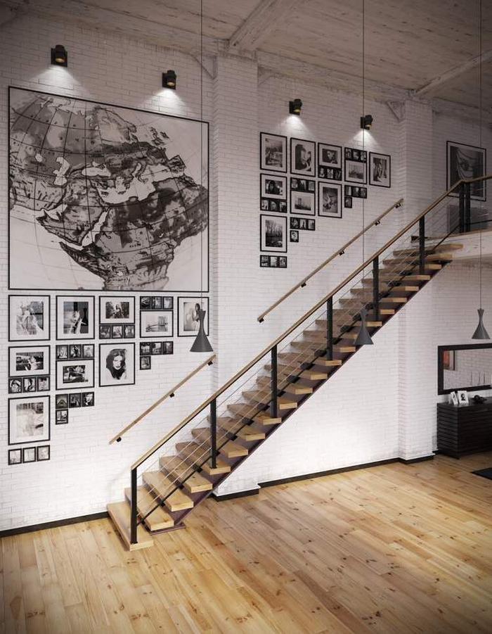 escalier en bois et métal qui se fond dans la déco style loft industrielle avec une deco montee escalier original en galerie de cadres photos à la verticale et à la horizontale