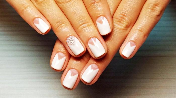 manucure pour mariage, ongles en gel blancs avec décoration en petites perles blanches et triangles