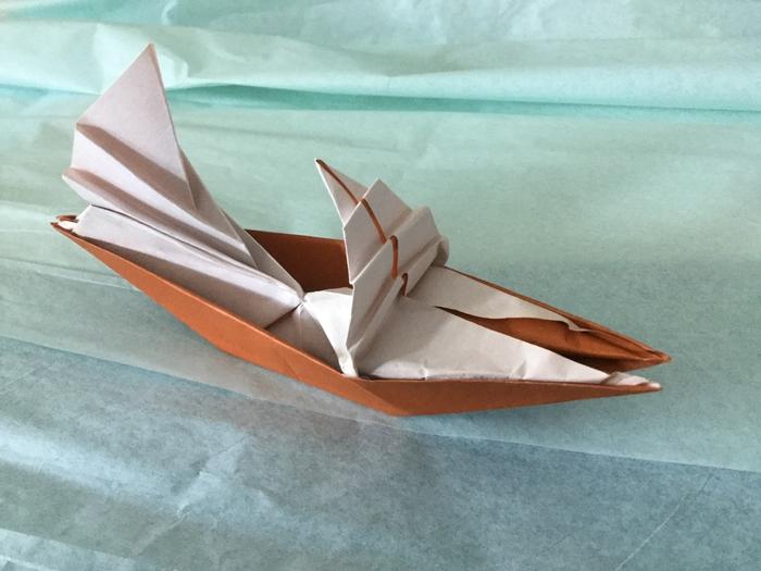 un modèle d'origami bateau un peu plus élaboré pour ceux quin ont avancé dans l'art de pliage origami