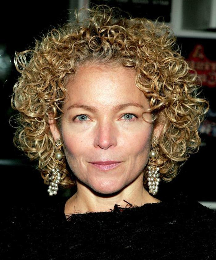 modele coiffure femme 50 ans, carré bouclé, boucles d'oreilles pendantes