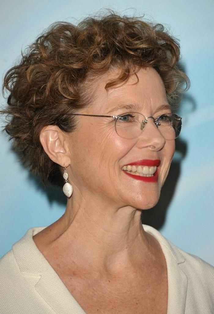 modele coiffure femme 50 ans, coupe bouclée femme mature, lunettes rondes