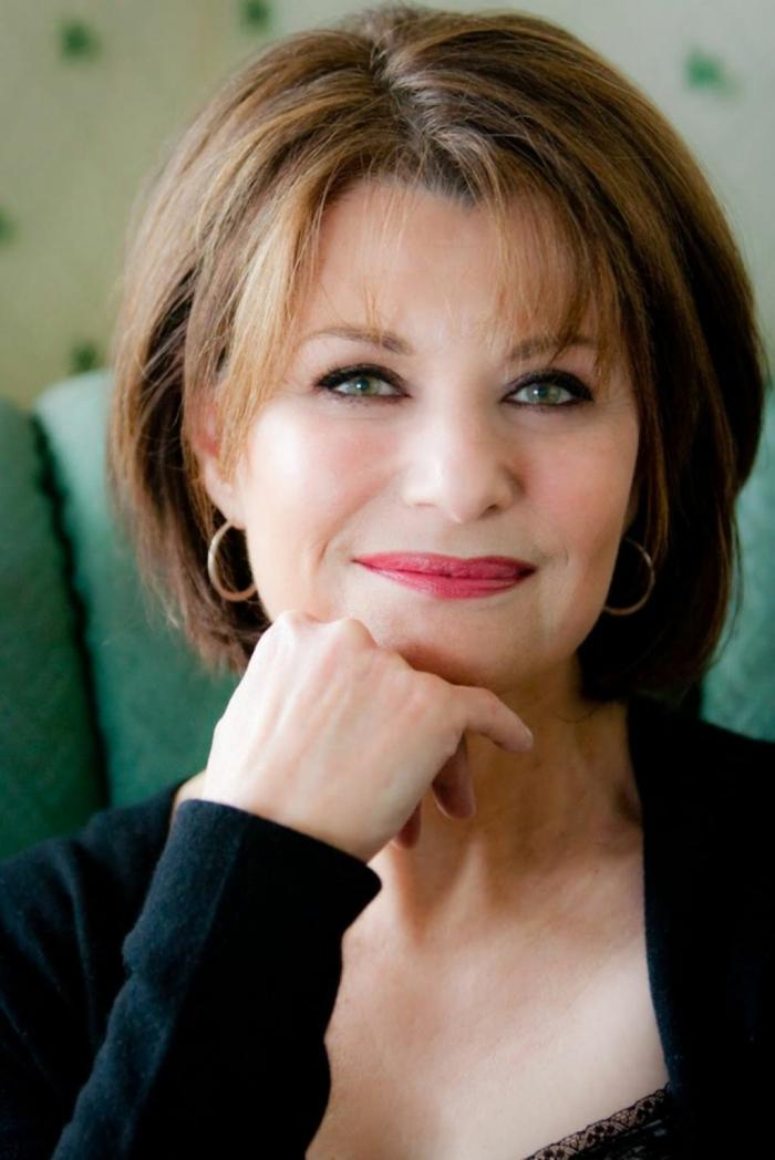modele coiffure femme 50 ans, coiffure frangée cheveux chataîns, maquillage yeux bleus