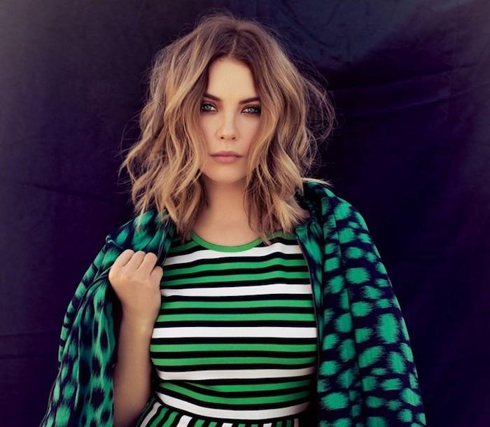 modele de carré plongeant bouclé sur des cheveux blond foncé avec des ondulations, tenue femme verte