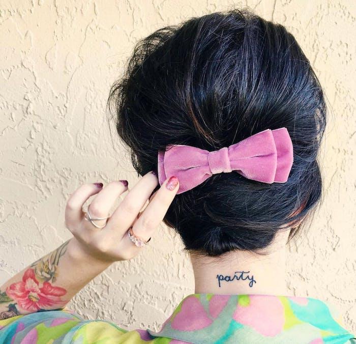 cheveux femme attachés en arrière avec un noeud de ruban rose, exemple coiffure carré plongeant