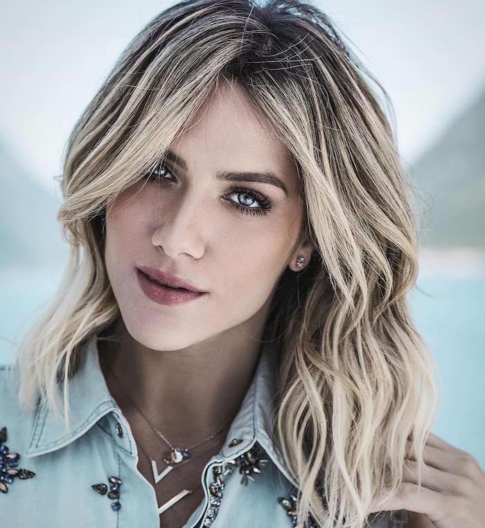 carré plongeant dégradé avec une frange plus longue, cheveux balayage blond, chemise en jean décorée de pierres swarowski