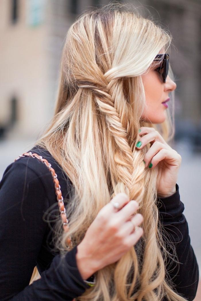 coiffure femme, fille aux cheveux colorés avec la technique balayage et coiffés en tresse de côté