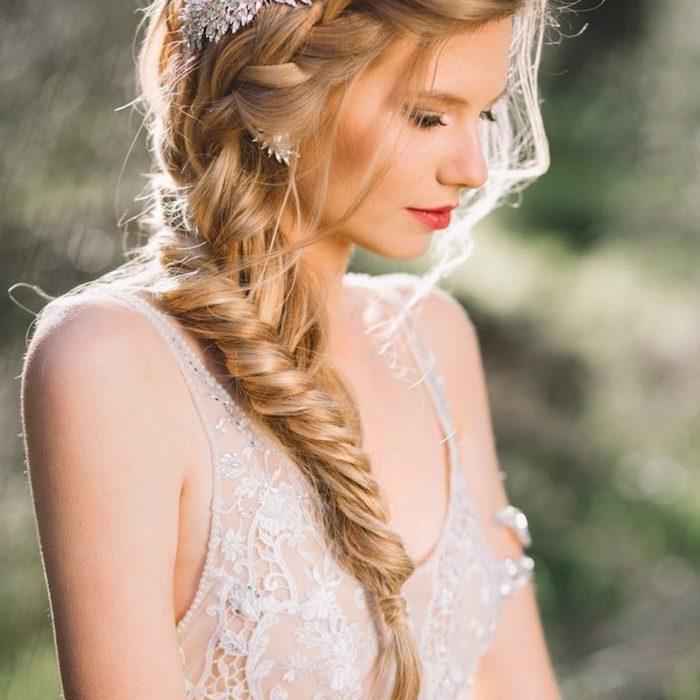 modele de coiffure natte pour mariage sur le coté qui se prolonge en tresse épi, robe de mariée style champetre, accessoire original