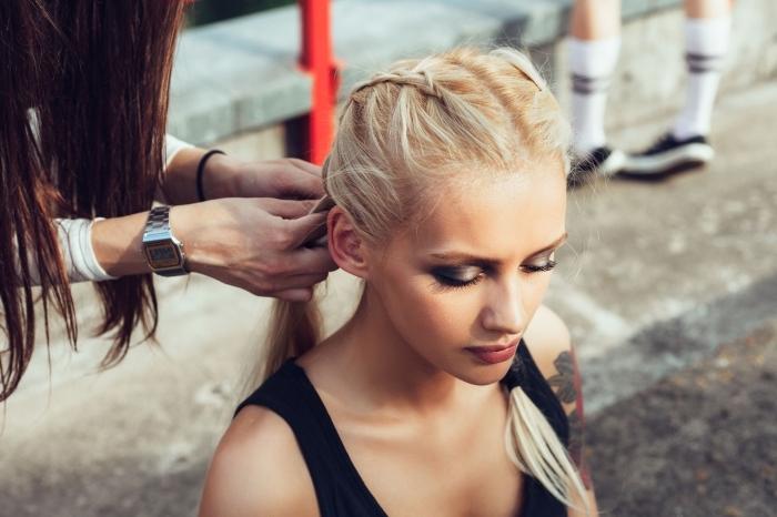 maitriser la technique de tressage pour faire une coiffure en cheveux attachés en deux tresses à l'arrière