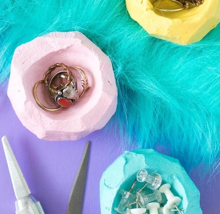 idée pate fimo colorée en rose, bleu et jaune pour fabriquer des coupelles de rangement de bijoux et fournitures de bureau