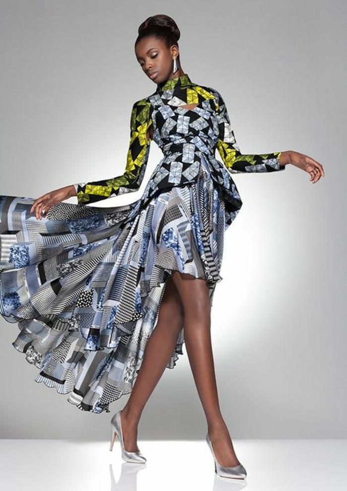 femme avec vetement excentrique, robe africaine, veste avec derrière plus long et taille serrée, jupe asymétrique courte devant et longue et plissée derrière