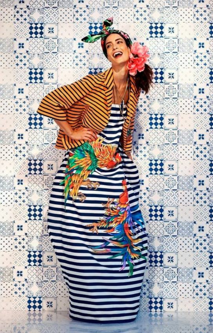 robe en rayures horizontales bleu marine, avec veste aux rayures horizontales oranges et noires, mode africaine, vetement africain