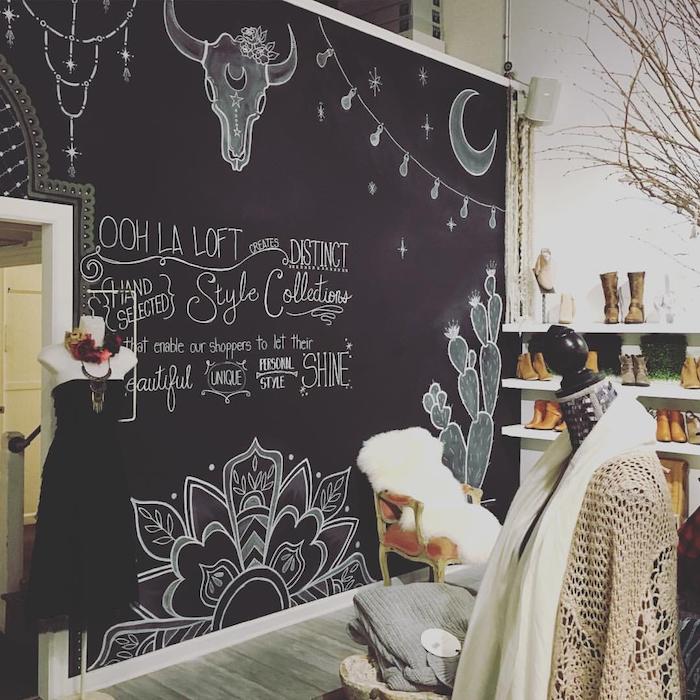 modele de piece boheme dans un boutique avec un mur peinture ardoise magnétique, parquet bois gris, etagres blanches à chaussures