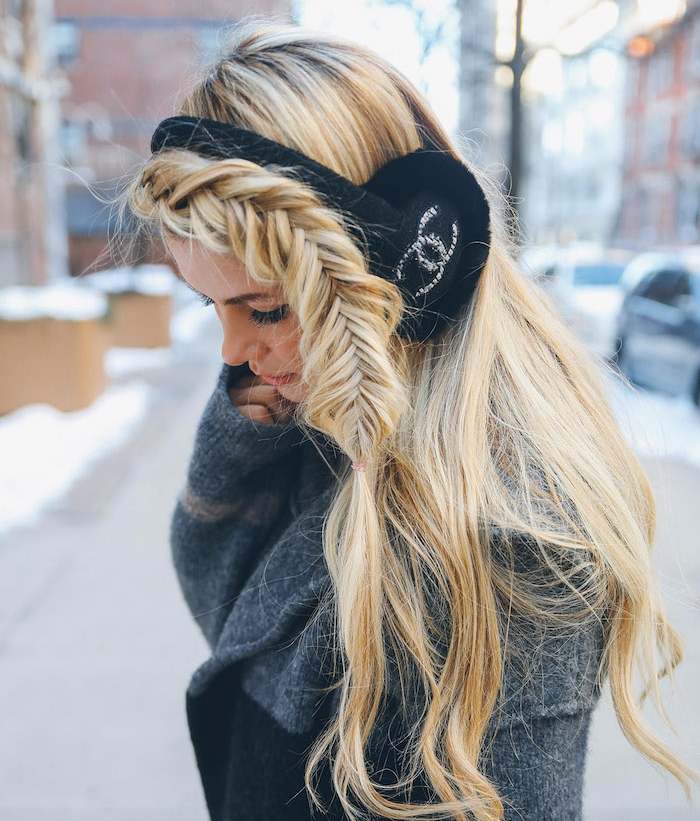 exemple de tresse sur le coté en épi de blé réalisée sur de longs cheveux blond, tenue femme hiver
