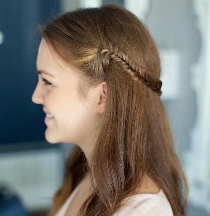 modele de petite demi couronne de tresse réalisée sur de cheveux mi long chatain foncé, coiffure ado fille originale