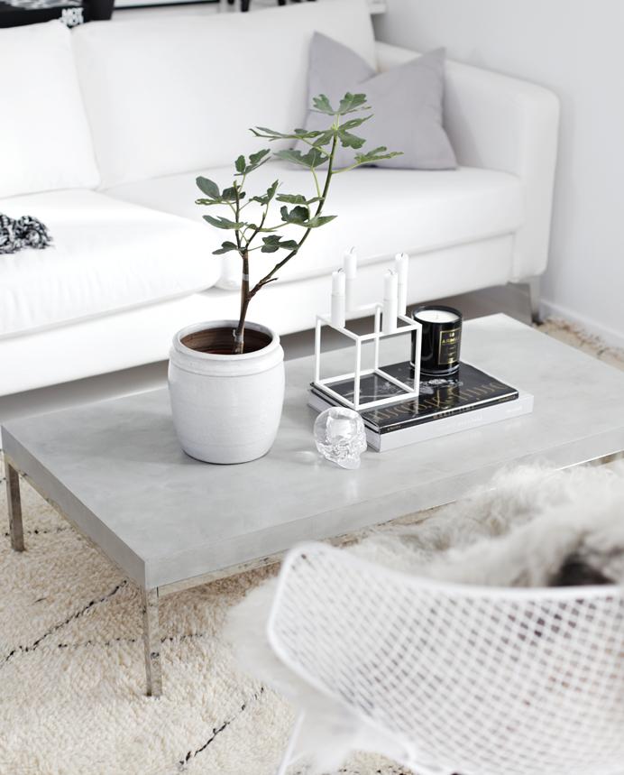 modele de table basse diy design en plateau de beton et pieds metallique, canapé et chaise blanches, salon style scandinave