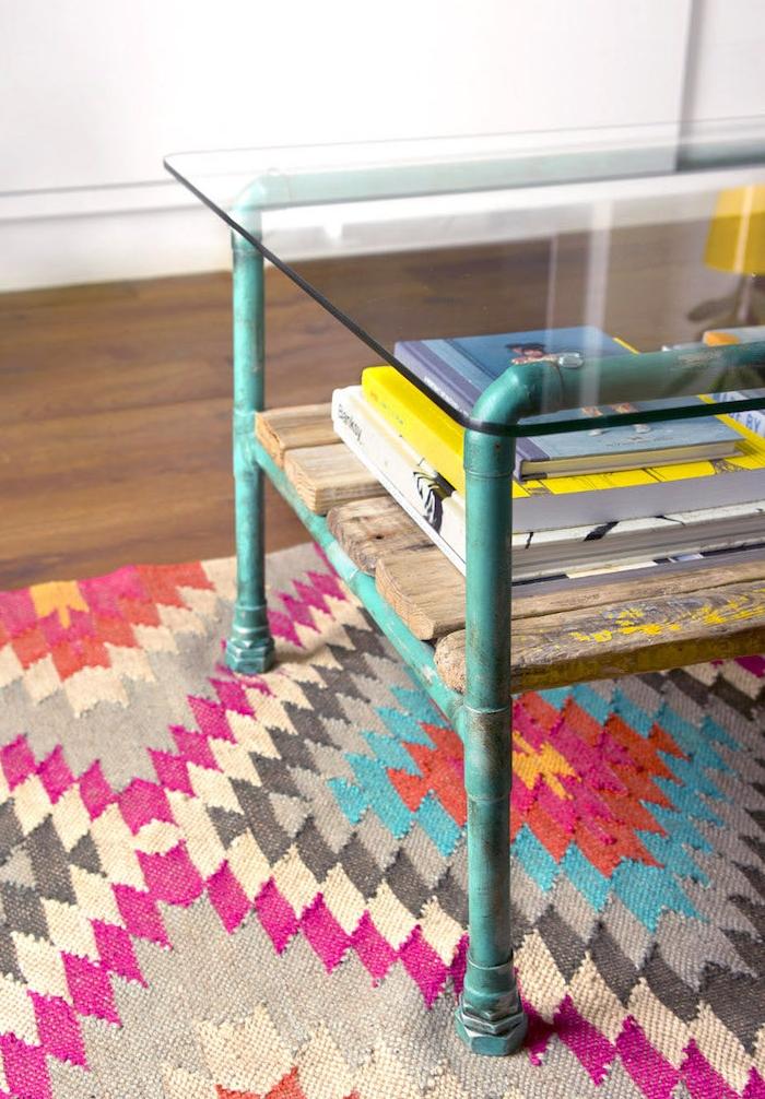faire une table basse boit brut avec plateau en verre, pieds en metal et rangement en planches de bois usées, tapis coloré