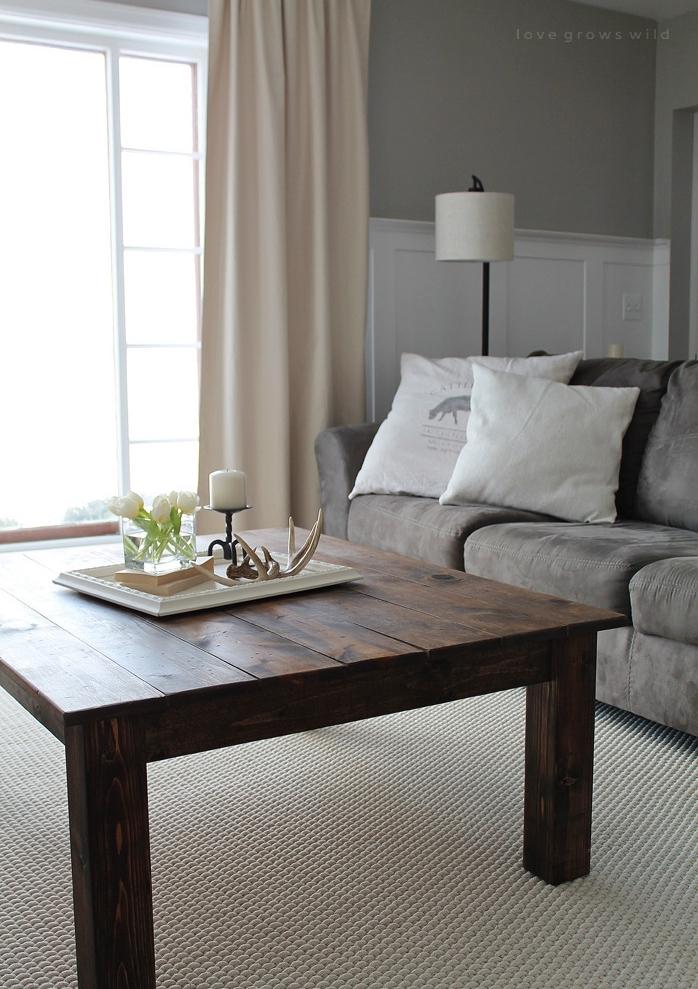 table basse diy en planches de bois avec tapis blanc cassé, canapé gris et coussins blancs, style traditionnel