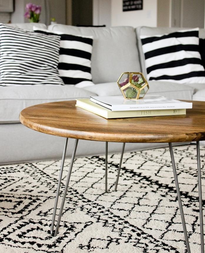 exemple comment faire une table basse en plateau de bois rond et pieds e epingle a cheveux, salon cosy avec canapé gris, tapis et coussins noir et blanc