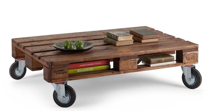 table basse palette sur roulettes, avec des rangement pour livres entre les planches, bois marron foncé