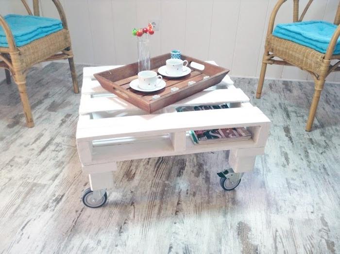 exemple de table basse en palette blanchie avec des roulettes, parquet clair, chaises en rotin, style deco bord de mer