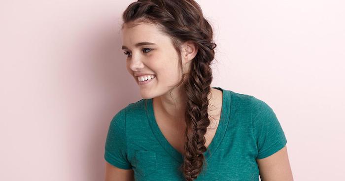 exemple de tresse de coté classique sur de longs cheveux chatain clair, idée coiffure ado fille tresse pour un look princesse