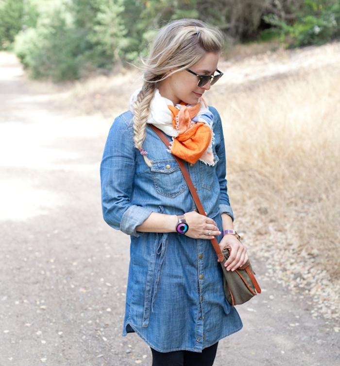 look femme décontracté avec tresse de coté et meches libres, effet décoiffé, veste femme en jean
