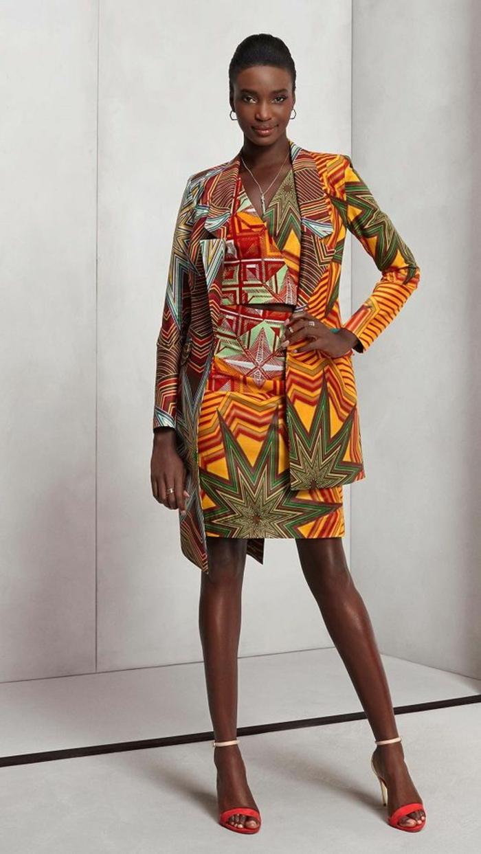 robe et veste en couleurs vives et tonifiantes, revers large aux rayures de zèbre, mode africaine, motif africain, sandales en rouge et blanc aux lacets fins