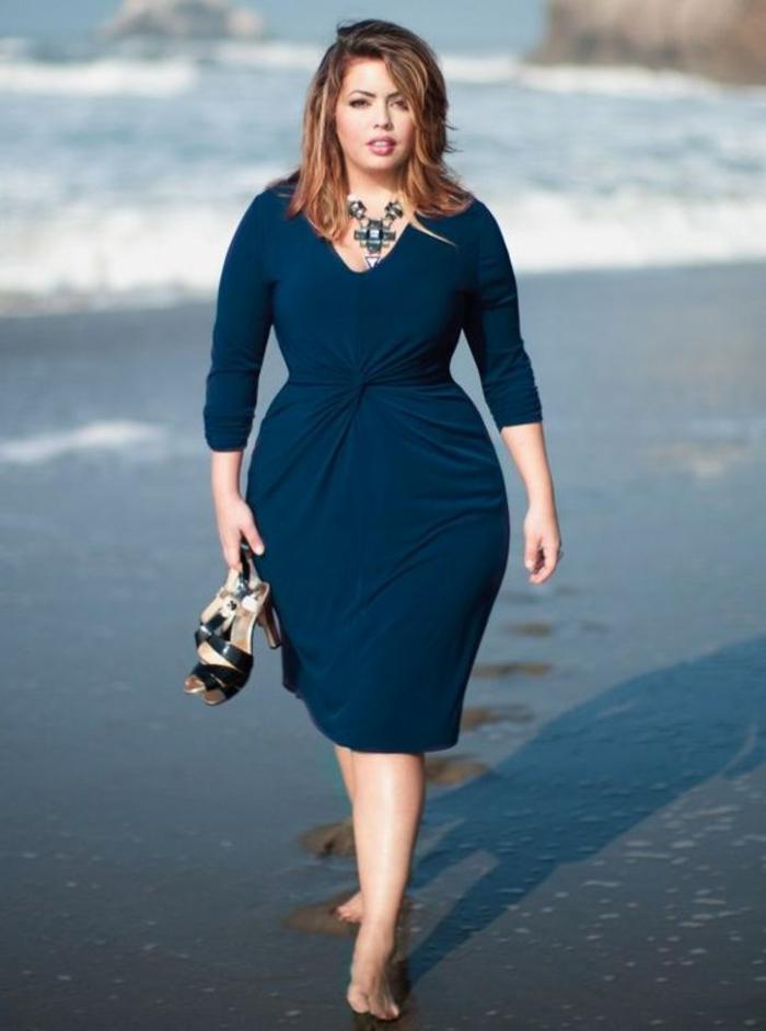 robe pour femme ronde elegante, comment s habiller quand on est ronde, robe légèrement drapée devant, décolleté en V, sandales noires avec talon