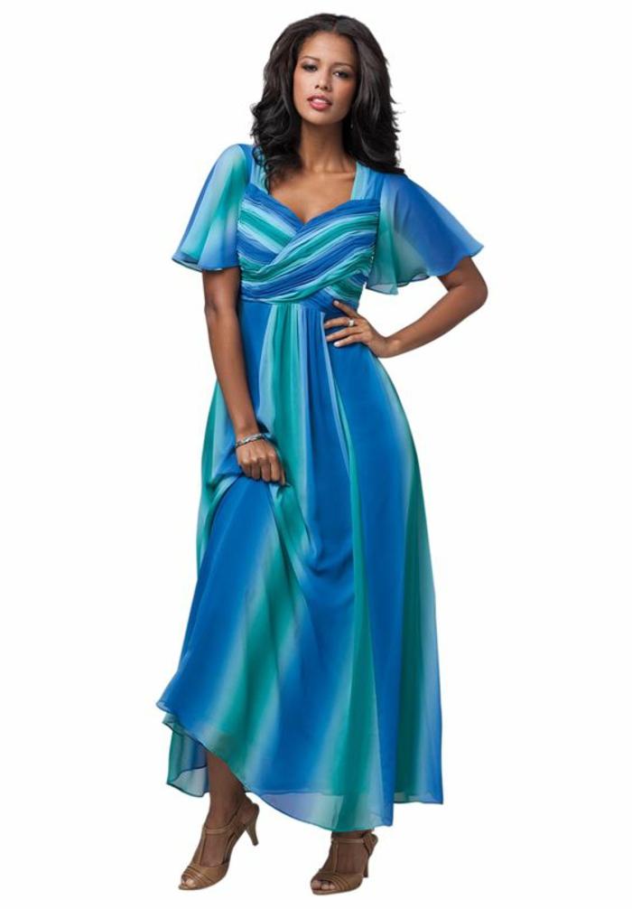 look haut en couleurs, en nuances bleues et vertes, robe de soirée pas cher pour ronde, décolleté croisé, manches courtes semi-transparentes, longueur maxi de la robe