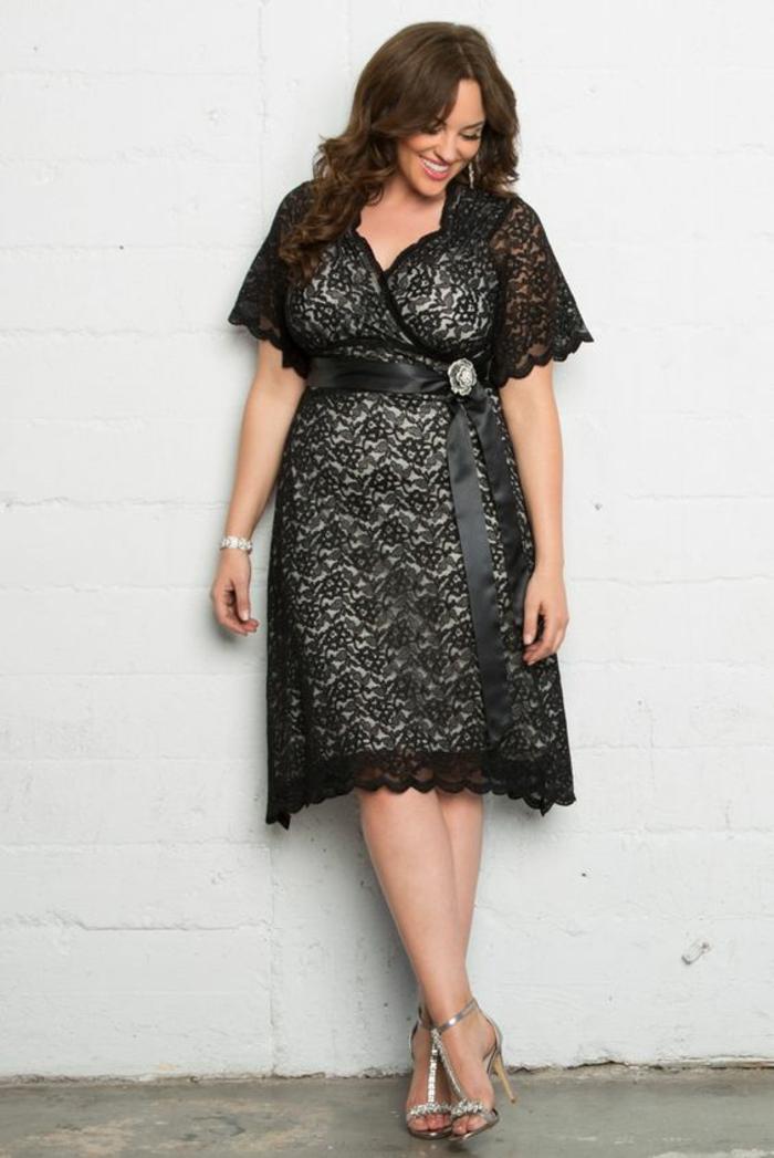 robe en dentelle, décolleté croisé, effet semi-transparent, longueur mi-genoux, manches courtes transparentes