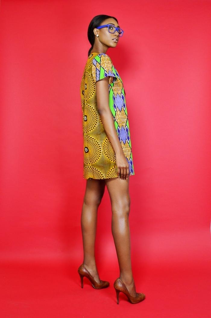 tunique africaine de couleur jaune aux motifs géométriques vert et bleu, idée vêtement femme de style africain